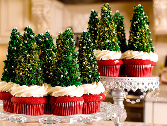 Video of how to make Christmas tree toppers for cupcakes