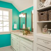 accent color in bathroon